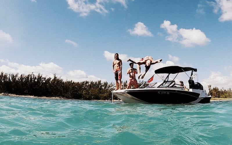 Jump from the boat and have fun with our Miami boat tour!